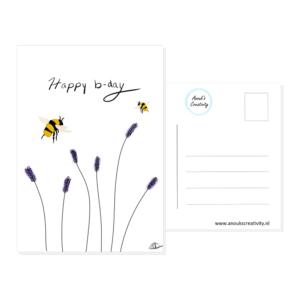 """Ansichtkaart happy b-day. Een ansichtkaart met handgemaakte illustraties van lavendel met daarboven 2 bijtjes. De tekst daarboven is """"Happy b-day!"""". De achterkant van de ansichtkaart is ook te zien, daarop staan lijntjes voor het adres en is er plaats voor een postzegel."""