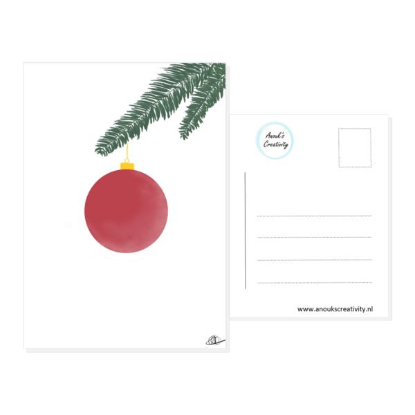 Ansichtkaart kerstbal. Ansichtkaart met een handgemaakte illustratie van een rode kerstbal die aan wat kerstboomtakken hangt. De achterkant van de ansichtkaart is ook te zien, daarop staan lijntjes voor het adres en is er plaats voor een postzegel.