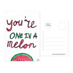 """Ansichtkaart melon. Een ansichtkaart met handgemaakte illustratie van een meloen met de tekst """"You're one in a melon"""" erboven. De achterkant van de ansichtkaart is ook te zien, daarop staan lijntjes voor het adres en is er plaats voor een postzegel."""