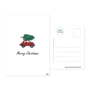 """Ansichtkaart merry christmas. Een ansichtkaart met handgemaakte illustratie van een rood autootje met een kerstboom op het dak met de tekst """"Merry Christmas"""" eronder. De achterkant van de ansichtkaart is ook te zien, daarop staan lijntjes voor het adres en is er plaats voor een postzegel."""