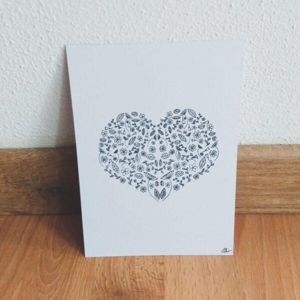 Ansichtkaart hart van bloemen. Leuke ansichtkaart met een tekening van een hart bestaande uit bloemen. Deze kaart heeft op de voorkant een mooie hand geillustreerde afbeelding van een hart bestaande uit verschillende bloemen en bladeren.