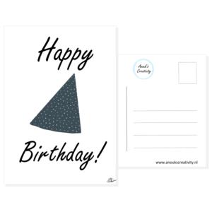"""Ansichtkaart happy birthday. Een ansichtkaart met handgemaakte illustraties van een feesthoedje in blauw met witte stippen. De tekst daaromheen is """"Happy birthday!"""". De achterkant van de ansichtkaart is ook te zien, daarop staan lijntjes voor het adres en is er plaats voor een postzegel."""