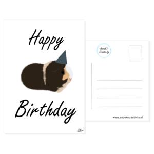 """Ansichtkaart happy birthday cavia choco. Een ansichtkaart met handgemaakte illustraties van een cavia met een feesthoedje in blauw met witte stippen. De tekst daaromheen is """"Happy birthday!"""". De achterkant van de ansichtkaart is ook te zien, daarop staan lijntjes voor het adres en is er plaats voor een postzegel."""