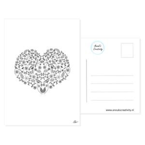Ansichtkaart hart van bloemen. Leuke ansichtkaart met een tekening van een hart bestaande uit bloemen. Deze kaart heeft op de voorkant een mooie hand geillustreerde afbeelding van een hart bestaande uit verschillende bloemen en bladeren. De kaart wordt getoond op een witte achtergrond, de achterkant van een kaart te zien.