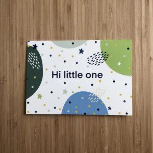 Wenskaart met abstracte vormen in groen en blauw met stippen en sterren en de tekst Hi little one.
