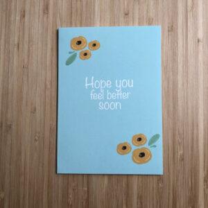 Wenskaart beterschap gele bloemen. Blauwe kaart met gele bloemen.
