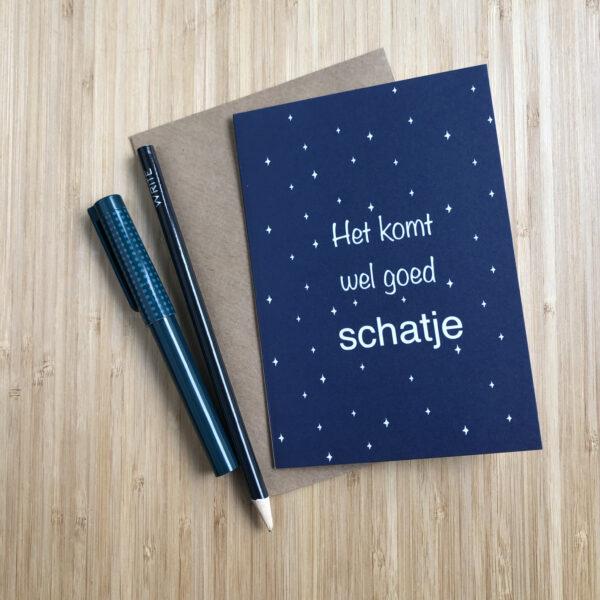 Wenskaart komt wel goed schatje. Blauwe kaart met witte sterren. Met een kraft envelop en pen en potlood.