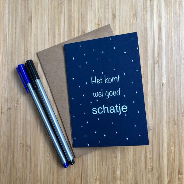 Wenskaart komt wel goed schatje. Blauwe kaart met witte sterren. Met een kraft envelop en gekleurde pennen.