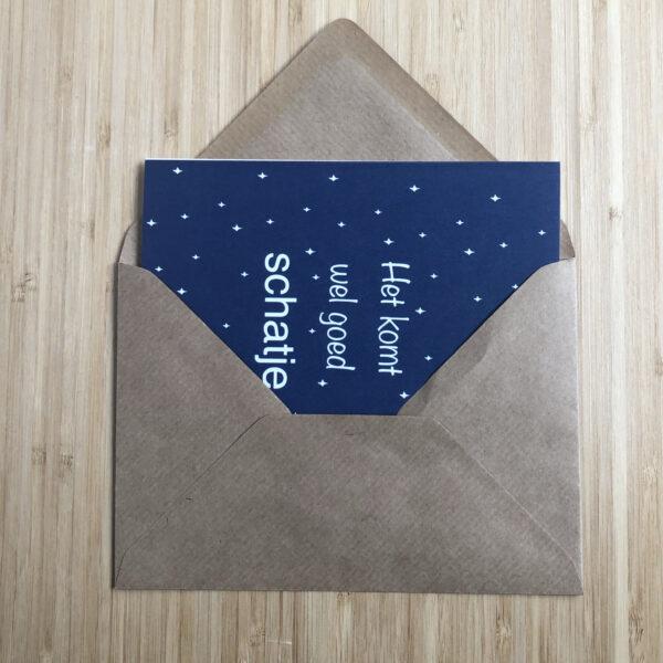 Wenskaart komt wel goed schatje. Blauwe kaart met witte sterren. Half in een kraft envelop gestoken.