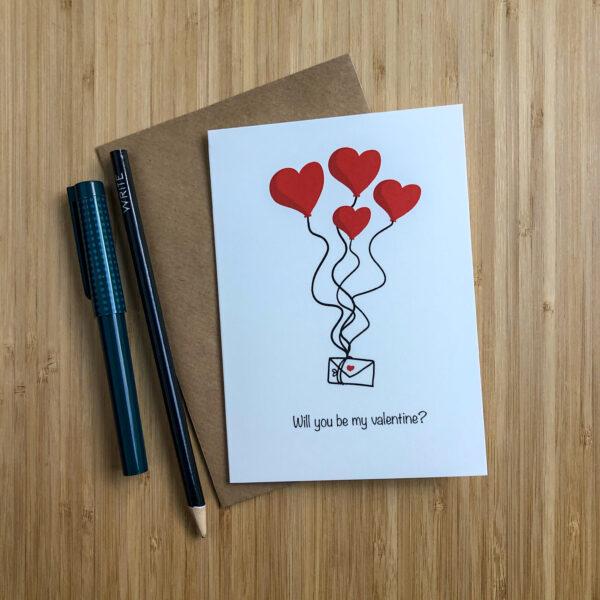 Wenskaart valentijns post met kraft envelop en pen en potlood.