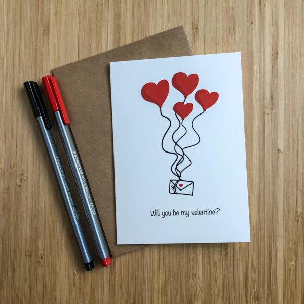 Wenskaart valentijns post met kraft envelop en gekleurde pennen.